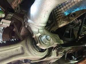 アウディ S4 走行中右前の方からギシギシ音がする 点検 修理